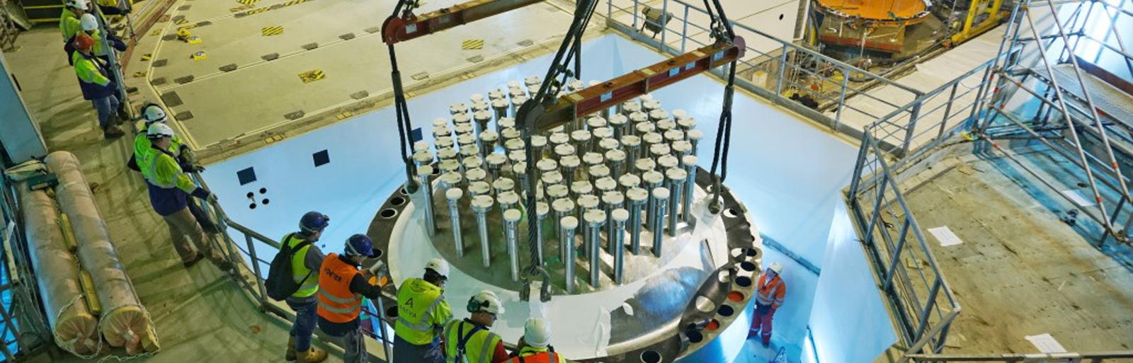 Insertion couvercle de cuve dans batiment réacteur ©EDF
